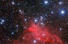 Cúmulo NGC 3572 (C 1108-599, OCl 846, Cr 239, GC 2331, Collinder 240). Es un cúmulo abierto en la constelación Carina. Cúmulo asociado a la nebulosidad en Carina, las curiosas nubes de gas y polvo se han esculpido en burbujas caprichosas y arcos, con características extrañas conocidas como trompas de elefante formadas por los vientos estelares que se derivan de esta reunión de estrellas jóvenes y calientes.