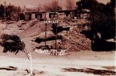 Casas y letrero que se encontraba frente a la Estación de Caldera.