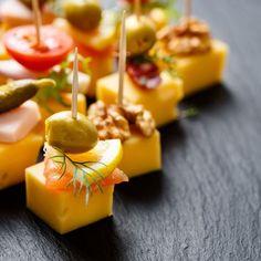 Mini brochettes olives, gruyère et saumon fumé au citron