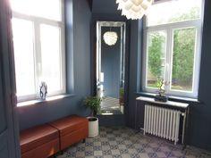 Entrée feutrée, bleu foncé murs et plafond banc en cuir  miroir biseauté console en marbre blanc Decoration, Console, Windows, Design, Beveled Mirror, White Marble, Tile, Walls, Deep Blue