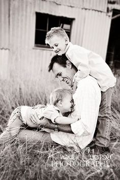 Be Inspired: Father & Child Confessions of a Prop Junkie Fall Family Pictures, Family Picture Poses, Family Posing, Family Portraits, Family Photos, Father Son Photography, Children Photography, Family Photography, Fathers Day Photo