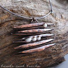 Collana con pendente in rame forgiato a mano e perle