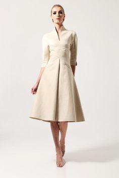 Cream, knee-length dress with pretty lines / Chado Ralph Rucci Resort / Pre-Spring 2013