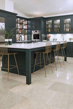 Dark kitchen ideas - dark cabinets Cocina Art Deco, Art Deco Kitchen, Home Decor Kitchen, Interior Design Kitchen, Kitchen Ideas, Interior Decorating, Dark Kitchen Cabinets, Kitchen Units, Open Plan Kitchen