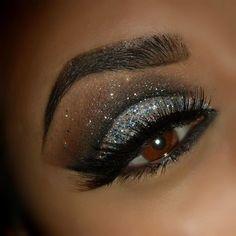 Me fascina el brillo..Kro, ella lo luce muy bien. >>KRO>> Glittery Cut Crease