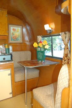 Awesome Vintage Camper Dinette Ideas - Go Travels Plan Vintage Campers Trailers, Retro Campers, Vintage Caravans, Camper Trailers, Retro Rv, Vintage Motorhome, Shasta Camper, Tiny Trailers, Vintage Camper Interior