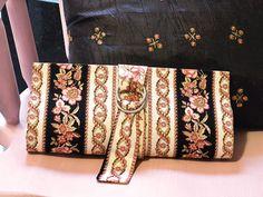 Com o diferencial do fecho com argolas, esta carteira de mão de Cláudia Wada dá novos ares ao dia a dia, fazendo com que a cartonagem e o ar... Fabric Wallet, Fasion, Cross Stitch, Diy Crafts, Shoulder Bag, Embroidery, Beads, Diy Bags, Cartonnage Tutorials