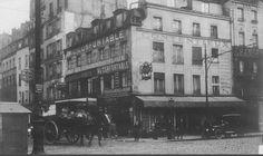 L'angle de la rue de la Roquette et de la rue du Faubourg-Saint-Antoine en 1920. Au centre on distingue le passage du Cheval-Blanc  (Paris 11ème)