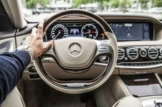 A driver with his hand on the steering wheel of a Mercedes-Benz car Driving School, Self Driving, Driving Tips, Drunk Driving, General Motors, Baby Im Mutterleib, Automobile, E63 Amg, Mercedes Benz S