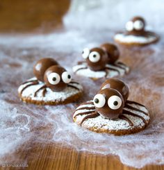Something for Malteser loving Monsters! Lovely spiders by finnish creator kinuskikissa Dessert Halloween, Halloween Cakes, Halloween Boo, Halloween Party Decor, Halloween Treats, Holiday Snacks, Holiday Appetizers, Horror Party, Biscuits