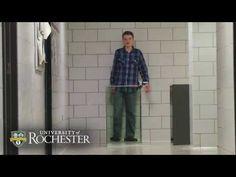 A invisibilidade por 150 dólares!  O norte-americano John Howell, pesquisador da Universidade de Rochester, e seu filho Benjamin, de apenas 14 anos, desenvolveram um quadro de invisibilidade capaz de tornar invisível até mesmo objetos de grande porte em qualquer tipo de espectro óptico, utilizando recursos sumamente econômicos e de simples operação.