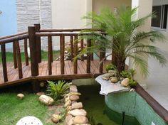 Ponte sobre pequeno lago para acesso a residência