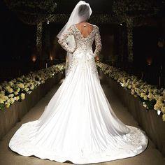 Hoje tem #samuelcirnansck de cair o queixo  todo em cetim duchese de seda, com renda aplicada em 3D e bordada com pedrarias ✨ incrível!  vem que ainda tá disponível! #temnothebridalshop #vestidodenoiva #casamento #wedding #noiva #weddingdress #bride