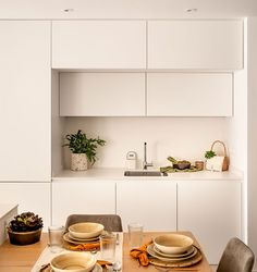 〚 Wood, wicker accessories and delicate colors: warm apartment in Spain 〛 ◾ Photos ◾ Ideas ◾ Design #white #kitchen #Modern #Minimal #interiordesign #homedecor #interior #decor #ideas #inspiration #tips #cozy #living #style #space