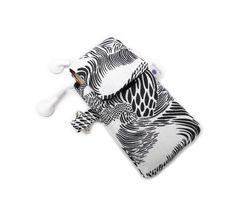 Porta ipod ou celular, acolchoado, com bolsinho traseiro para guardar o fone de ouvido. Fechamento por velcro, protege e embeleza!   *medida aprox. : 7cm x 13cm