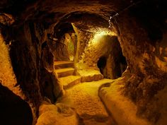 Refuge Derinkuyu. This Turkish city hides a real archaeological treasure under the ground. In the underground complex are eleven floors counts. 40.000 people could survive for weeks.