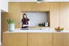 BINNENKIJKEN. Krap rijhuis wordt baken van licht - De Standaard Mobile Kitchen Tops, Kitchen Cabinets, Home Design, Home Projects, Kitchen Remodel, Indoor, House, Furniture, Kitchens