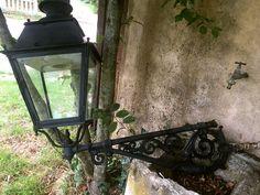 Grande lanterne ancienne sur sa potence - http://www.lesbrocanteurs.fr/annonce-antiquaire/grande-lanterne-ancienne-sur-sa-potence/