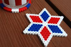 Fourth of July Kids Crafts - Perler Bead DIY Coasters. What a simple and clever summer craft activity to do with kids! Diy Perler Bead Coaster, Hama Beads Coasters, Diy Perler Beads, Diy Coasters, Pearler Beads, Melty Bead Patterns, Perler Patterns, Beading Patterns, Knitting Patterns