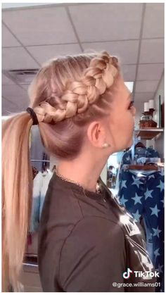 Short wig - The must-have item for every modern girl #cute #hairstyles #for #short #hair #for #teens #braids #simple #cutehairstylesforshorthairforteensbraidssimple Your natural beauty is God's gift, so why shroud your face behind locks and locks of hair? It's time to show your beauty with a short wig. Soccer Hairstyles, Athletic Hairstyles, Girl Hairstyles, Cheerleader Hairstyles, Running Hairstyles, Cute Cheer Hairstyles, Cute Hairstyles With Braids, Workout Hairstyles, Hairstyles Videos