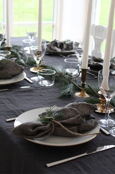 Ꭾгίcƙen öνeг lίνet Nordic Christmas, Christmas Mood, Noel Christmas, Xmas Table Decorations, Decoration Table, Table Setting Inspiration, Winter Table, Xmas Dinner, Christmas Interiors