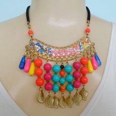 Maxi colar colorido feito com contas acrílicas coloridas metale abs dourado. R$ 9,00
