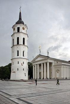 Vilnius - Lituânia  Vilnius, capital da Lituânia, cidade multicultural e multirreligiosa, com habitantes lituanos, russos, polacos e judeus. Rica em arquitectura barroca
