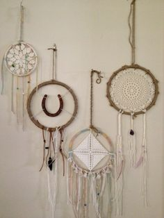 Dreamcatcher DIY - DIY instructions and 15 inspirations Dreamcatchers, Craft Projects, Projects To Try, Diy And Crafts, Arts And Crafts, Creation Deco, Diy Art, Wind Chimes, Weaving