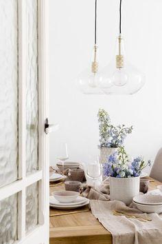 Lámpara de techo Geila | ¡Crea un ambiente único en tu hogar! Geila es una lámpara de techo que mezcla el vidrio transparente y el latón, consiguiendo así un diseño elegante y combinable con cualquier estilo. No solo te servirá para aportar luz, sino también para decorar el salón, el comedor, o la estancia que prefieras.  #kenayhome #home #lámpara #techo #vidrio #cristal #transparente #dorado #decoración #interior #hogar #salón #comedor #estilo #retro #moderno #nórdico #actual #diseño