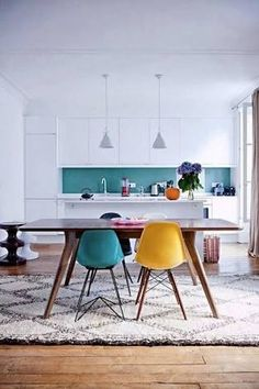 Great colorful dining room and kitchen with eames chairs and moroccan style rug sillas