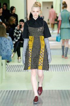 По словам дизайнера, в своей коллекции Prada осень-зима 2015-2016 она решила показать все, что любят женщины: бантики, сочные цвета и украшения.