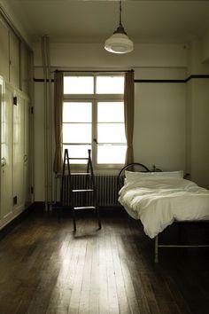 フォルムが美しい古いパイプベッドは、かつて病院で使われていたものだとか Small Room Interior, Interior Design Living Room, Interior Exterior, Interior Architecture, Casa Retro, Vintage Room, Fashion Room, Wabi Sabi, Home Decor Bedroom