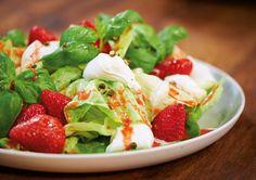 Büffelmozzarella macht den fruchtigen Salat frisch und leicht säuerlich.