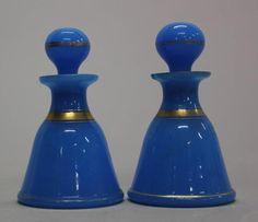 Paire de flacons en opaline bleue à liseré or, avec leurs bouchons. Opaline, Trays, Vases, Glass Vase, Perfume Bottles, Milk, Corks, Flasks, Porcelain