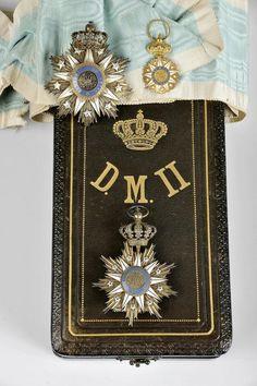 Designação: Conjunto (placa, pendente e miniatura) de Grã-Cruz da Ordem de Nossa Senhora da Conceição de Vila Viçosa