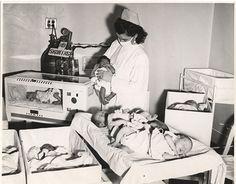 Enfermeras maternidad con bebés (1950)
