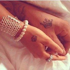 Source : http://www.elle.fr/Beaute/Maquillage/Tendances/Tatouage-couple/Tatouage-couple-couronne