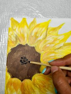 Want to learn an easy way to paint a sunflower? Check out the step by step tutorial & learn how to paint a simple sunflower - a perfect beginner project! Sunflower Stencil, Sunflower Colors, Watercolor Sunflower, Sunflower Crafts, Sunflower Canvas Paintings, Cute Canvas Paintings, Mini Canvas Art, Acrylic Paintings, Easy Flower Painting