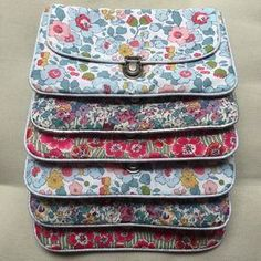 Tuto pochette Plus Coin Couture, Couture Sewing, Couture Bags, Liberty Fabric, Liberty Print, Sacs Tote Bags, Diy Sac, Diy Bags Purses, Sew Bags