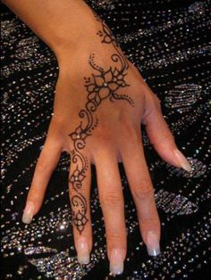 Blumenranke Finger Hand Tattoo