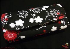 Bolsa estilo carteira, produzida em cartonagem artesanalmente. Revestimendo  externo de tecido estampado floral nas cores preto, branco e vermelho e interno na cor preta, 100% algodão. Fecho tipo botão com imã.   Valor R$ 35,00 no depósito em conta + frete. PAGAMENTO VIA PAGSEGURO: 10% DE ACRÉSCIMO NO VALOR DO PRODUTO PAGAMENTO VIA BOLETO BANCÁRIO: 10% DE ACRÉSCIMO NO VALOR DO PRODUTO PAGAMENTO VIA CARTÕES DE CRÉDITO (TODOS): 10% DE ACRÉSCIMO NO VALOR DO PRODUTO PAGAMENTO VIA PAYPAL: 20% DE…