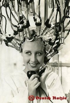 Verschiedene Techniken für gelocktes Haar, 1930 - 1938, viele von ihnen kamen als Trends in der Beauty-Salons in Deutschland vor dem Krieg.  Different techniques for curling hair, 1930 - 1938, many of them came as trends in beauty salons in Germany before the war