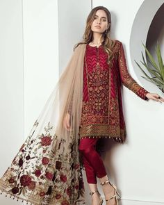 's most awaited & oh, so glamorous - 'Le Classique Floral' will be launching on February, 2018 so mark your calendar, ladies ❤😍 Pre-booking opens on February. Shadi Dresses, Pakistani Formal Dresses, Pakistani Dress Design, Pakistani Outfits, Indian Dresses, Indian Outfits, Pakistani Clothes Casual, Pakistani Hair, Pakistani Fashion Party Wear