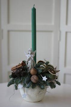 Aranjament pentru Crăciun cu lumânare din ceară naturală de albine – Flowers of Soul Plant Hanger, Lime, Table Decorations, Plants, Home Decor, Decoration Home, Room Decor, Limes, Planters