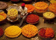 Astăzi ne urmăm simţurile.   Imagine dintr-o piaţă de flori din Bangalore, India
