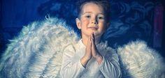 """Os arcanjos são seres celestiais de alta ordem, líderes que trabalham pelo bem, com a função de nos proteger e trazer luz para nossas vidas. Para fazer a oração dos arcanjos, primeiramente, é importante esclarecer quem são os três maiores arcanjos: Gabriel, mensageiro de Deus, transmissor das boas novas e símbolo da esperança; Miguel, arcanjo da crença, fé e proteção; e, por último, Rafael, arcanjo da saúde e da cura das doenças. Oração para o Arcanjo Gabriel """"Arcanjo Gabriel, portador das…"""