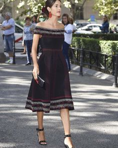 Royal Fashion, Fashion Looks, Lace Skirt, Midi Skirt, Beautiful Outfits, Cute Outfits, Fiesta Outfit, Spanish Woman, Wedding Guest Style
