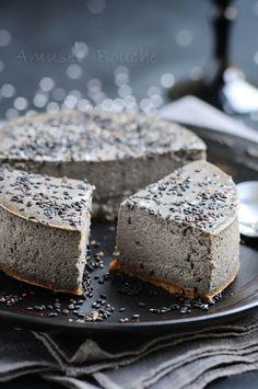 Je vous propose aujourd'hui, une recette que cheesecake au sésame. J'ai fait cette recette il y a un moment pour un livre, j'avais adoré. Je le trouve très élégant et un dessert noir, enfin gris foncé, c'est pas habituel. Un dessert facile, délicieux...