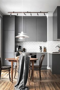 Une cuisine contemporaine avec ses placards gris mat Interior Design Kitchen, Painting Kitchen Cabinets, Kitchen Paint, Bar, Diy Kitchen Remodel, Home Decor, Interiordesign, Kitchen Trends, Table