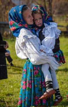Disappearing Cultures. Folk Costumes of Maramures. Romania © Nora De Angelli/ www.noraphotos.com Hungarian Embroidery, Folk Embroidery, Embroidery Patterns, Traditional Fashion, Traditional Dresses, Hijab Fashion, Fashion Art, Folk Costume, Costumes